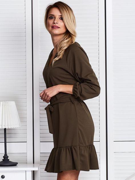 Khaki sukienka z falbaną i wiązaniem                              zdj.                              5