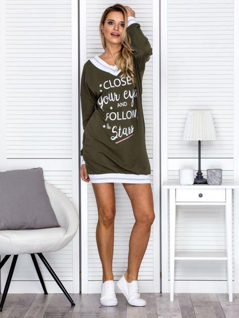 Khaki sukienka z napisem i ściągaczami                              zdj.                              4