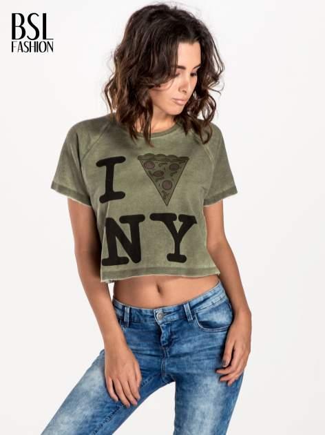 Khaki t-shirt cropped z motywem pizzy                              zdj.                              1