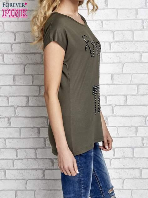 Khaki t-shirt z napisem FASHION IS THIS z dżetami                                  zdj.                                  3