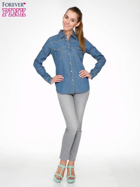 Klasyczna niebieska jeansowa koszula z kieszonkami                                  zdj.                                  2