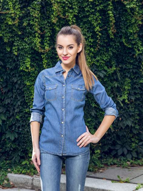 Klasyczna niebieska jeansowa koszula z kieszonkami                                  zdj.                                  11
