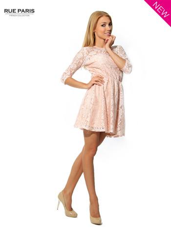 Kloszowana sukienka pokryta na górze przezroczystą koronką w kolorze łososiowym                                  zdj.                                  3