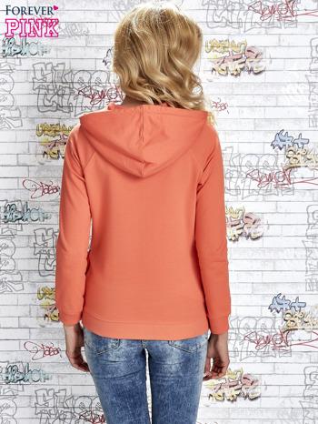 Koralowa bluza z kapturem i miejskim nadrukiem                                   zdj.                                  4