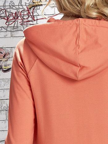 Koralowa bluza z kapturem i miejskim nadrukiem                                   zdj.                                  8