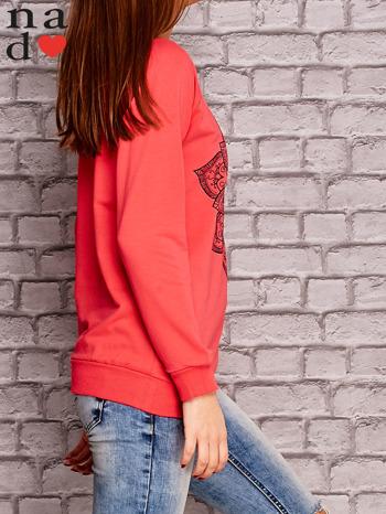 Koralowa bluza z ornamentowym nadrukiem                                  zdj.                                  3