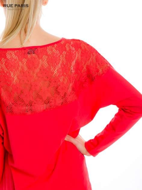 Koralowa bluzka z koronkową aplikacją na ramionach i plecach                                  zdj.                                  6