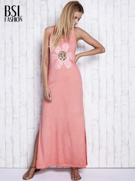 Koralowa dekatyzowana sukienka maxi z cekinowym kwiatem                                  zdj.                                  4