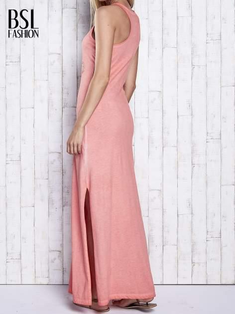 Koralowa dekatyzowana sukienka maxi z cekinowym kwiatem                                  zdj.                                  2