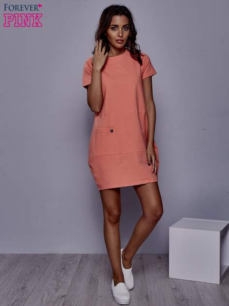 Koralowa sukienka dresowa z kieszenią z boku                                  zdj.                                  2