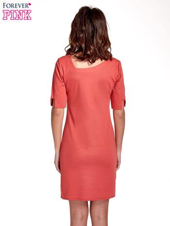 Koralowa sukienka z asymetrycznym dekoltem                                   zdj.                                  4