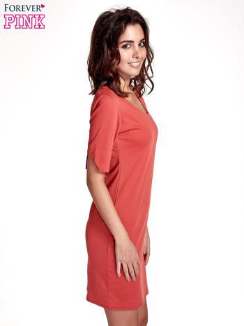 Koralowa sukienka z asymetrycznym dekoltem                                   zdj.                                  3