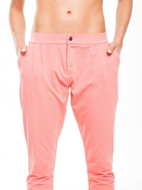 Koralowe spodnie dresowe damskie z podwijaną nogawką                                  zdj.                                  6