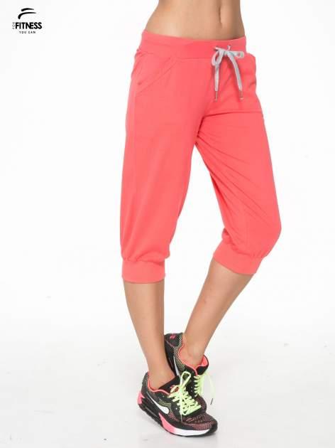 Koralowe spodnie sportowe typu capri wiązane w pasie                                  zdj.                                  3