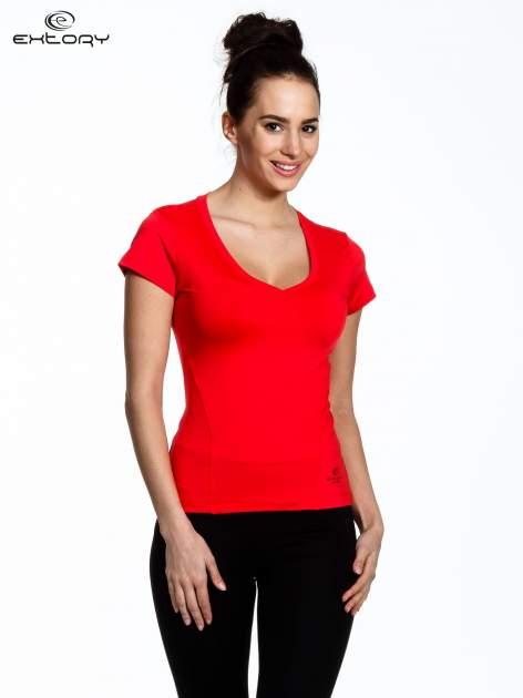 Koralowy t-shirt sportowy termoaktywny z dekoltem V                                  zdj.                                  1