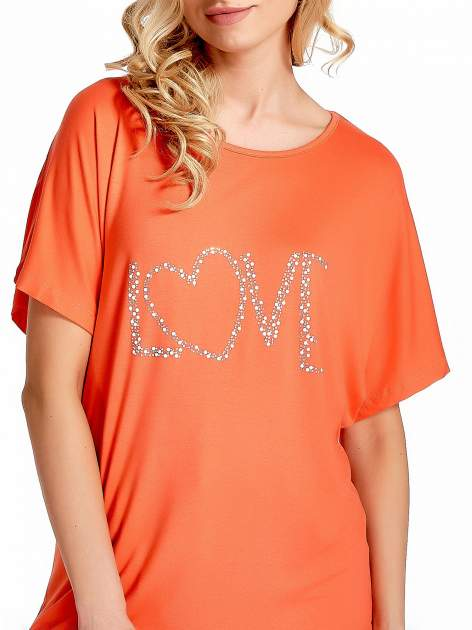 Koralowy t-shirt z biżuteryjnym napisem LOVE                                  zdj.                                  5