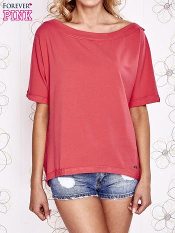 Koralowy t-shirt z dekoltem w łódkę                                  zdj.                                  1