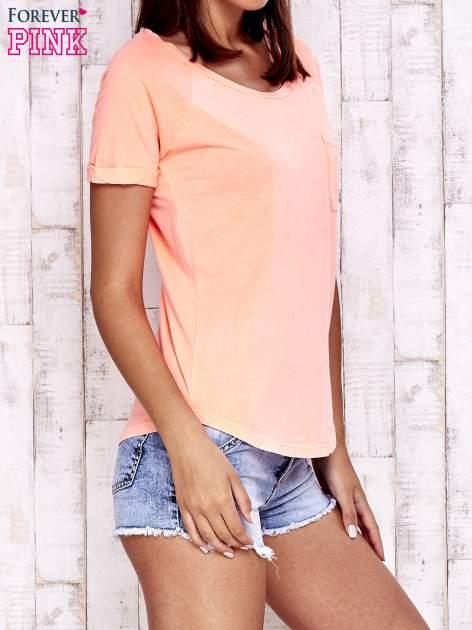 Koralowy t-shirt z kieszonką                                  zdj.                                  3