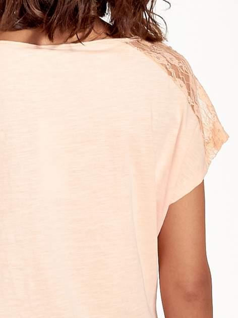 Koralowy t-shirt z koronkową aplikacją na górze                                  zdj.                                  7