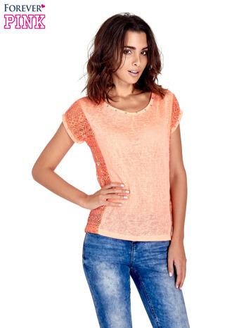 Koralowy t-shirt z koronkowym tyłem i dżetami                                  zdj.                                  1