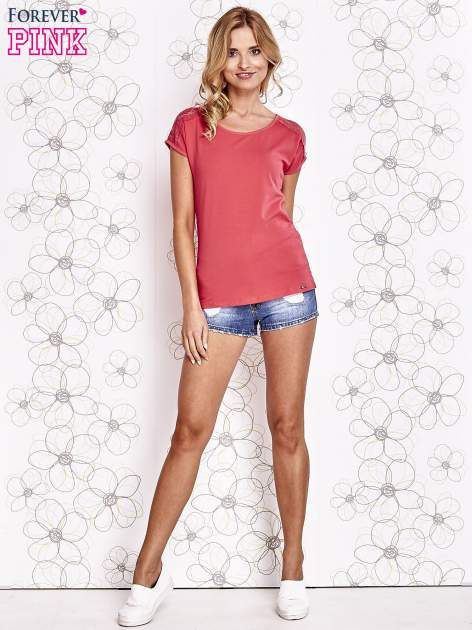 Koralowy t-shirt z koronkowym wykończeniem rękawów                                  zdj.                                  2