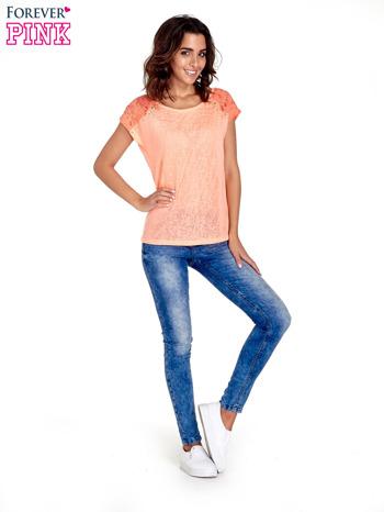 Koralowy t-shirt z koronkowymi rękawami i gwiazdkami                                  zdj.                                  2