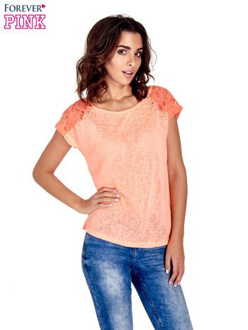 Koralowy t-shirt z koronkowymi rękawami i gwiazdkami