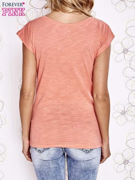 Koralowy t-shirt z motywem gwiazdy i dżetami                                  zdj.                                  2