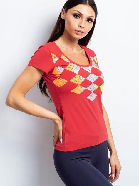 Koralowy t-shirt z nadrukiem kolorowych rombów                               zdj.                              3