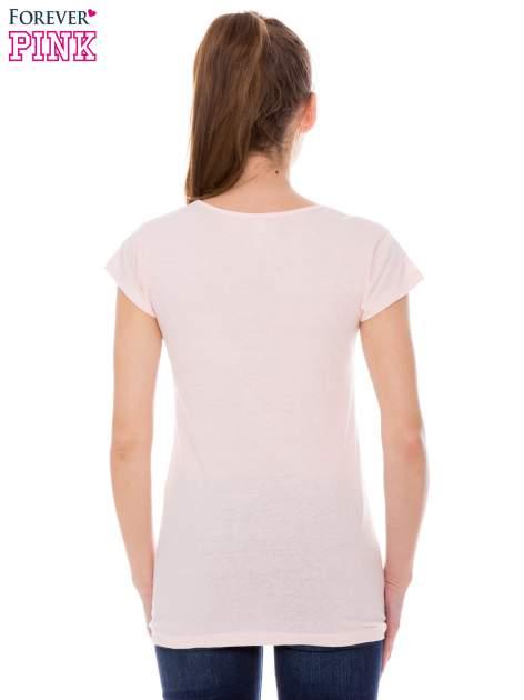 Koralowy t-shirt z nadrukiem kotki w nerdach                                  zdj.                                  3