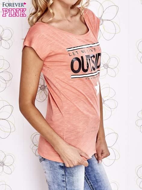 Koralowy t-shirt z napisem LET ME LIVE LIKE AN OUTSIDER                                  zdj.                                  3
