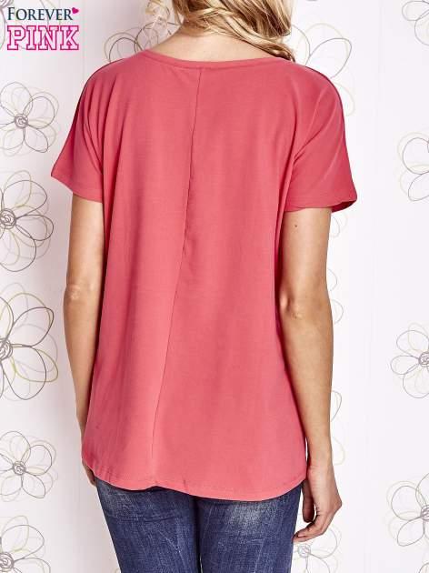Koralowy t-shirt z ozdobnym napisem i kokardą                                  zdj.                                  4