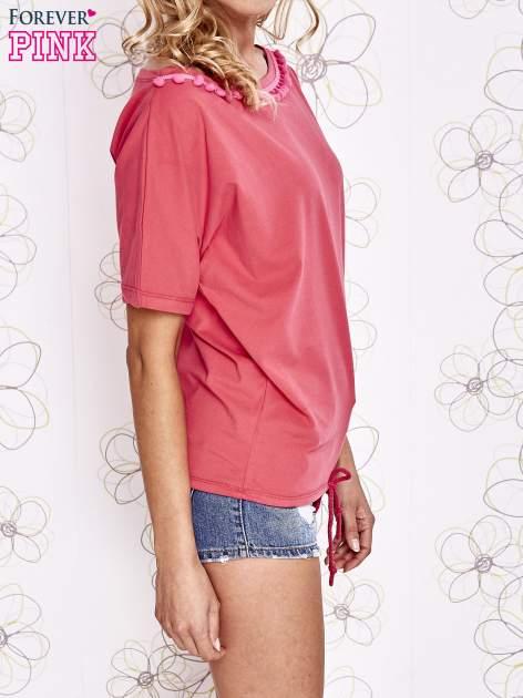 Koralowy t-shirt z różowymi pomponikami przy dekolcie                                  zdj.                                  3