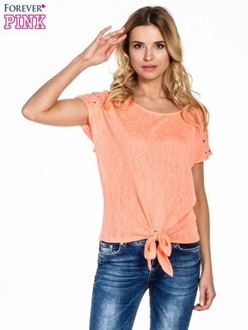 Koralowy t-shirt z węzłem zdobiony kryształkami                                  zdj.                                  1