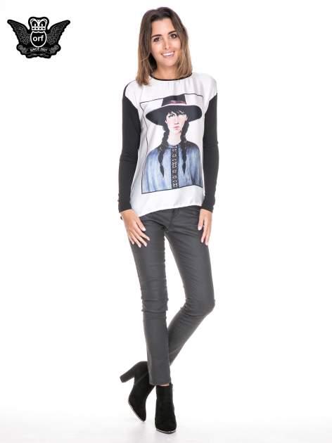 Koszula z satynowym przodem i nadrukiem kobiety w kapeluszu                                  zdj.                                  4