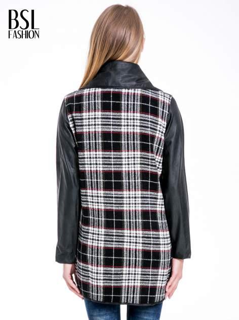 Kraciasty płaszcz ze skórzanymi rękawami i klapami                                  zdj.                                  4