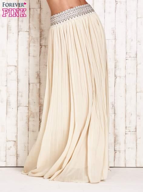 Kremowa plisowana spódnica maxi z pasem przeszywanym metaliczną nicią