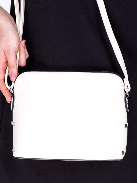 Kremowa torebka listonoszka z bocznymi ćwiekami                              zdj.                              1