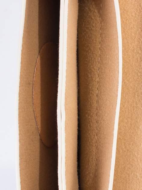 Kremowa torebka listonoszka z klapką                                  zdj.                                  5