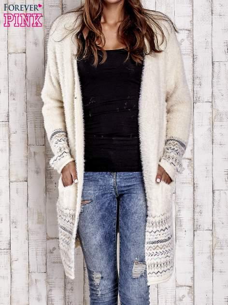 Kremowy długi włochaty sweter z kolorową nitką                                  zdj.                                  1