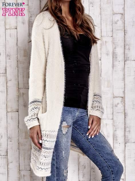 Kremowy długi włochaty sweter z kolorową nitką                                  zdj.                                  3