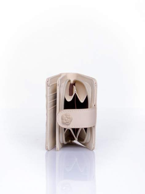 Kremowy pikowany portfel z ozdobnym zapięciem                                  zdj.                                  4