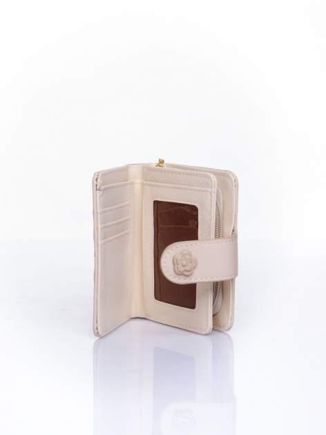 Kremowy pikowany portfel z ozdobnym zapięciem                                  zdj.                                  5