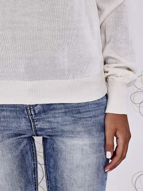 Kremowy sweter z aplikacją i kokardą przy dekolcie                                  zdj.                                  6
