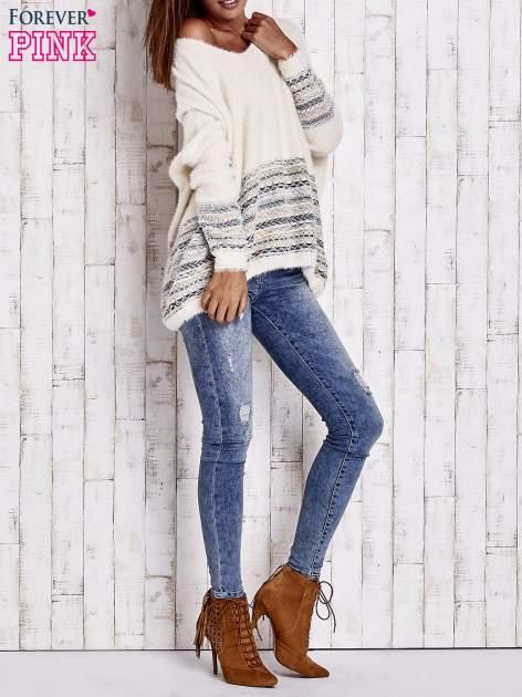 Kremowy włochaty sweter oversize z kolorową nitką                                   zdj.                                  10