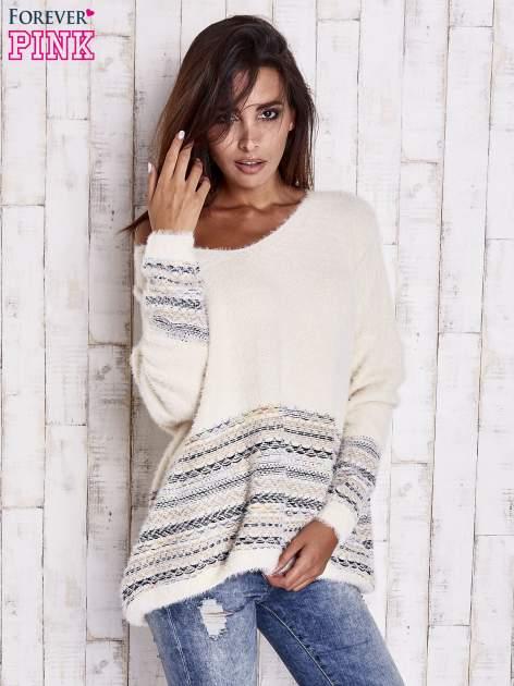 Kremowy włochaty sweter oversize z kolorową nitką                                   zdj.                                  8