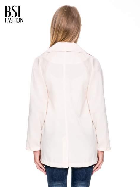 Kremowy żakiet boyfriend jacket z podwijanymi rękawami                                  zdj.                                  4