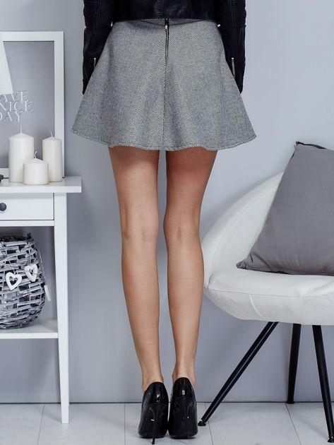 Krótka rozkloszowana spódnica w drobny wzór czarna                              zdj.                              2