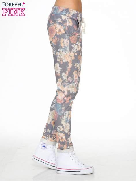 Kwiatowe spodnie dresowe ściągane w pasie                                  zdj.                                  3