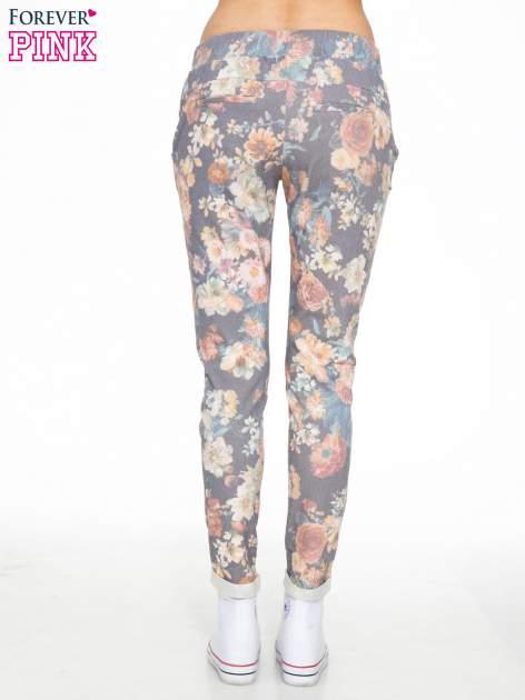 Kwiatowe spodnie dresowe ściągane w pasie                                  zdj.                                  4